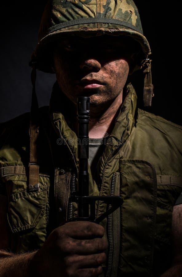 Los E.E.U.U. Marine Vietnam War que sostiene M16 imágenes de archivo libres de regalías