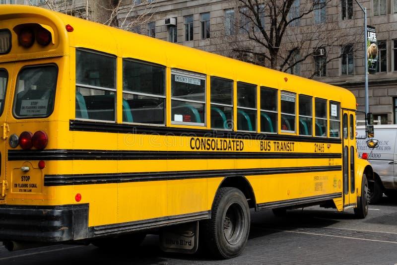 Los E.E.U.U., Nueva York - 13 de abril de 2015: Primer del autobús escolar amarillo clásico parqueado en la calle de la ciudad fotografía de archivo