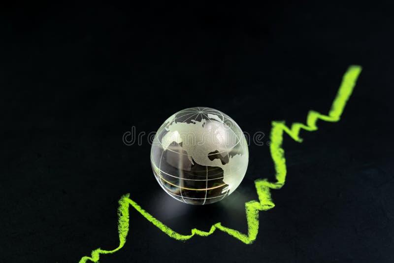 Los E.E.U.U. o la acción de América y el crecimiento de la inversión, adornan el globo de cristal brillante con el mapa unido del fotografía de archivo