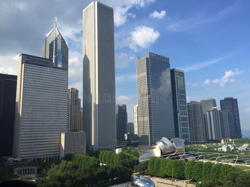 Los edificios altos de Chicago acercan al parque del milenio imagen de archivo