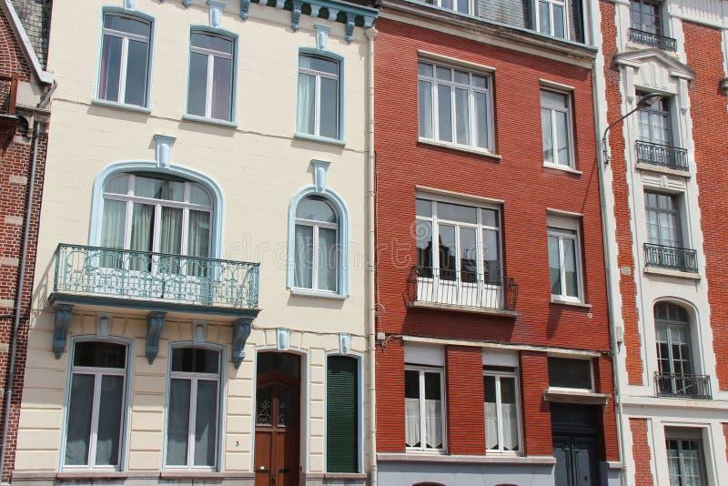 Los edificios colindantes fueron construidos en diversos estilos en Lille (Francia) imágenes de archivo libres de regalías