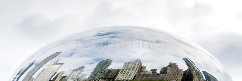Los edificios de Chicago reflejaron en la puerta de la nube foto de archivo libre de regalías