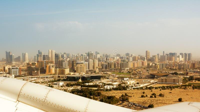 Los edificios de Dubai vistos del lanzamiento del aeroplano fotos de archivo libres de regalías