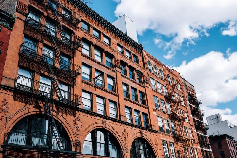 Los edificios de ladrillo típicos de Chinatown con cantan en Lower Manhattan imágenes de archivo libres de regalías