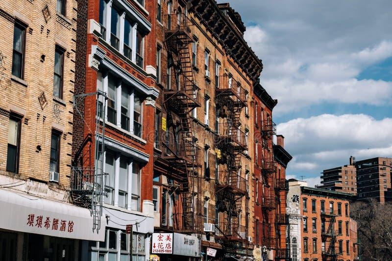 Los edificios de ladrillo típicos de Chinatown con cantan en Lower Manhattan foto de archivo libre de regalías
