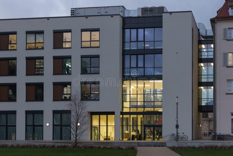 los edificios de oficinas con otoño de la puesta del sol colorearon el cielo y las nubes imágenes de archivo libres de regalías