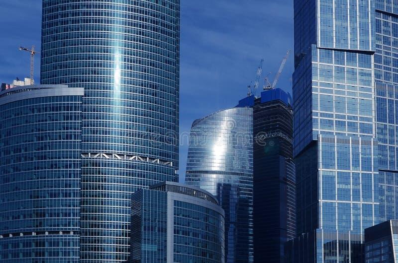 Los edificios de oficinas estiran hasta el cielo fotografía de archivo libre de regalías