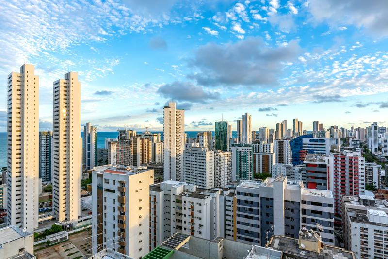Los edificios del horizonte en un día del cielo azul en la boa Viagem varan, Recife, Pernambuco, el Brasil foto de archivo libre de regalías