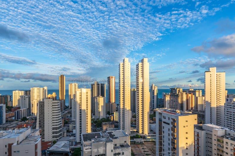 Los edificios del horizonte en un día del cielo azul en la boa Viagem varan, Recife, Pernambuco, el Brasil imágenes de archivo libres de regalías