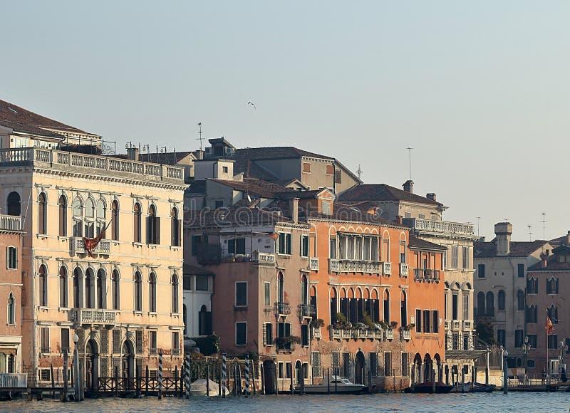 Los edificios del vintage de Grand Canal parquearon los barcos en el puerto deportivo en Venecia imágenes de archivo libres de regalías