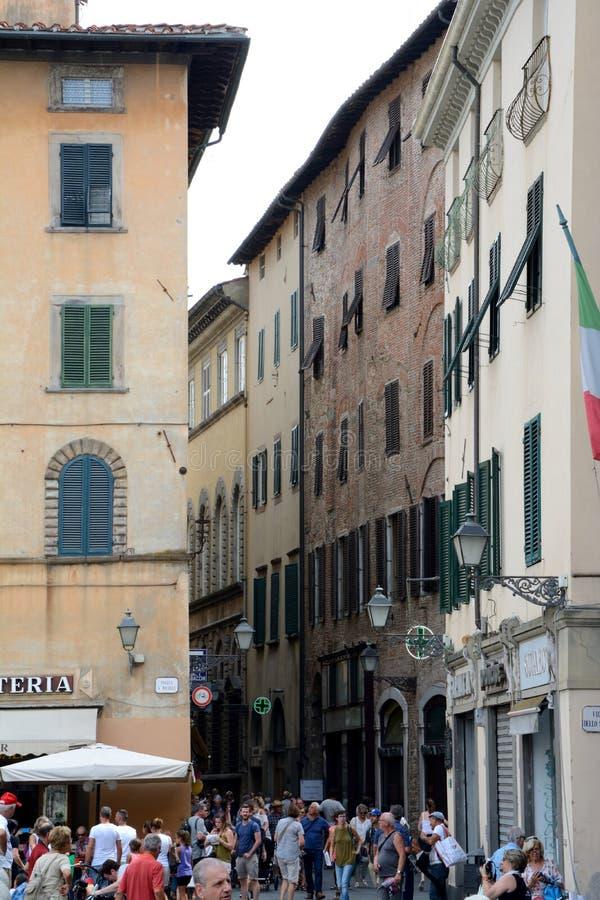 Los edificios en la plaza San Micaela ajustan en la ciudad de Lucca en Italia fotos de archivo libres de regalías
