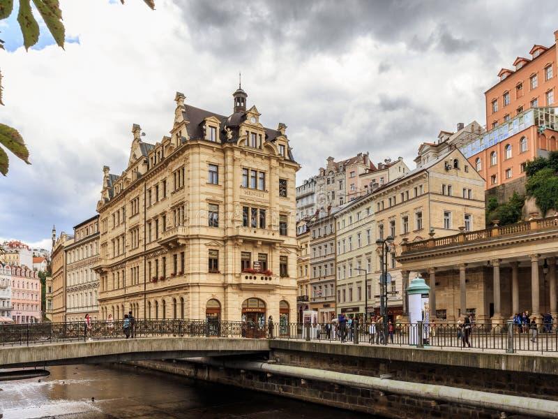Los edificios históricos en Karlovy varían, Carlsbad foto de archivo