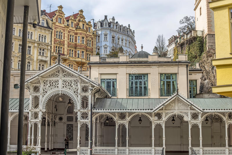 Los edificios, la columnata y la calle coloridos hermosos en Karlovy varían fotografía de archivo