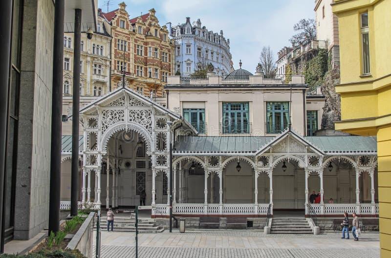 Los edificios, la columnata y la calle coloridos hermosos en Karlovy varían fotos de archivo libres de regalías