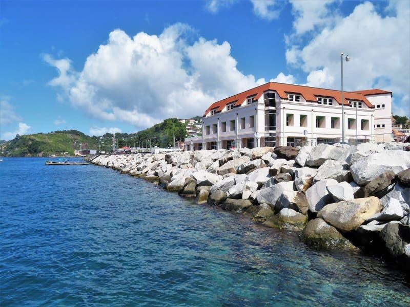 Los edificios a lo largo de la costa costa de San Jorge se abrigan en la isla caribeña de Grenada imagen de archivo libre de regalías