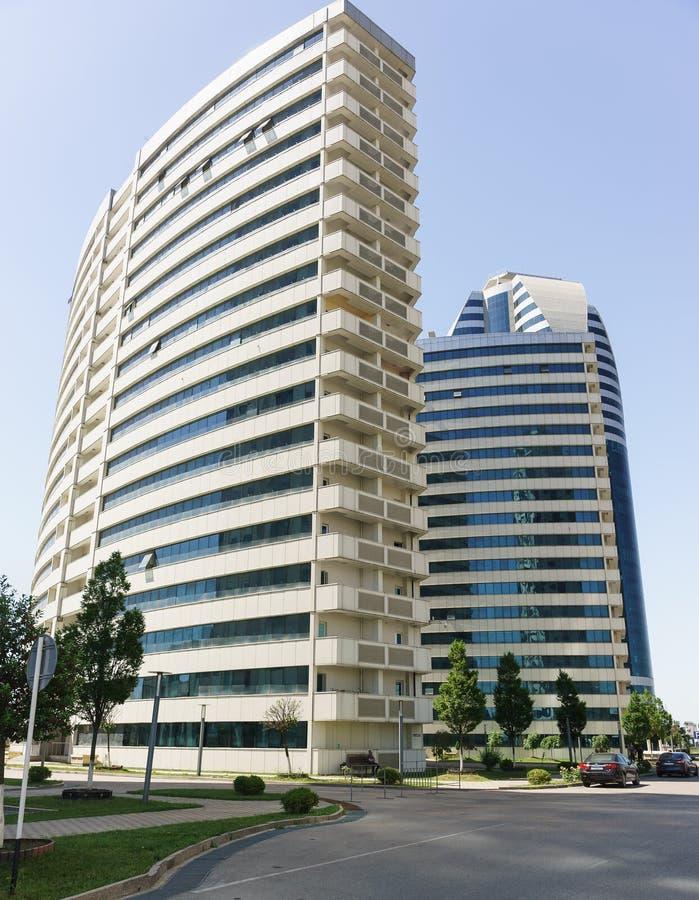 los edificios residenciales del Dieciocho-piso incluyeron en el complejo de la ciudad de Grozny en el centro del capital de la re fotos de archivo libres de regalías