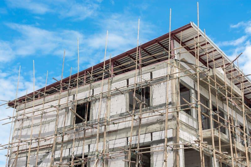 Los edificios se construyen con el andamio fotografía de archivo libre de regalías