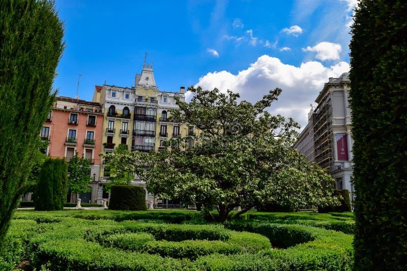 Los edificios suben sobre los cielos de Madrid imagenes de archivo