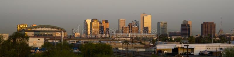 Edificios del horizonte de Phoenix Arizona antes de las subidas de The Sun fotos de archivo