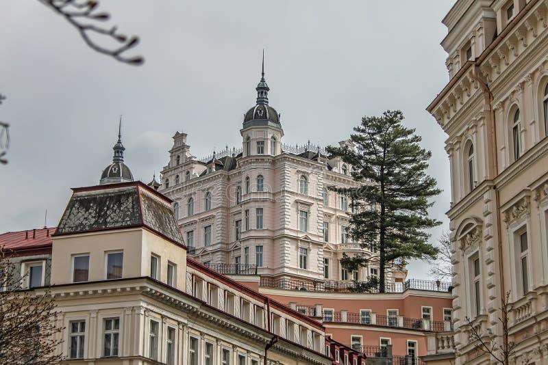 Los edificios y la calle coloridos hermosos en Karlovy varían foto de archivo