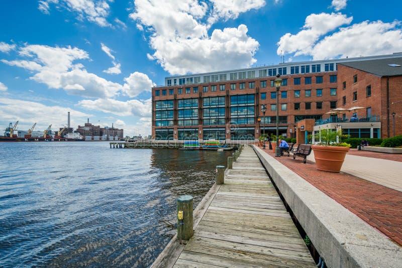 Los edificios y la calzada a lo largo de la costa adentro derriba el punto, Baltimore, Maryland imágenes de archivo libres de regalías