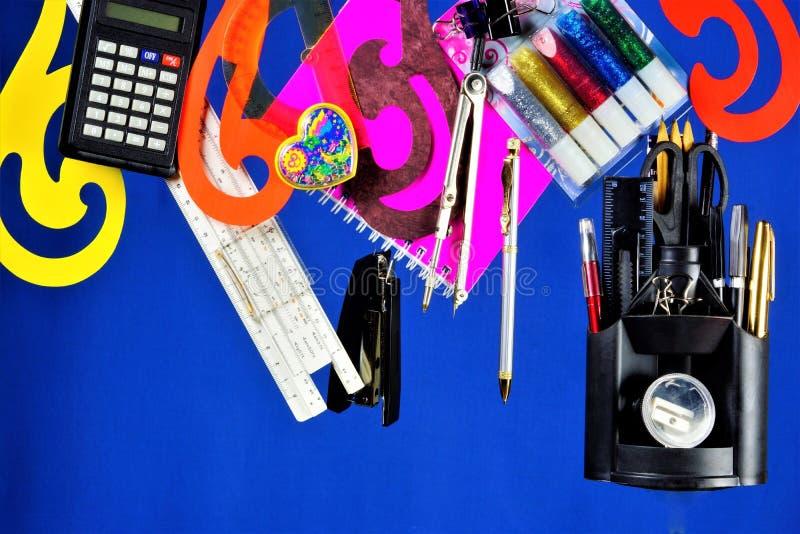 Los efectos de escritorio son populares para la escuela y la oficina Materiales consumibles usados para la correspondencia y proc imágenes de archivo libres de regalías
