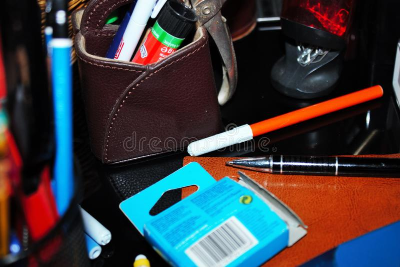 los efectos de escritorio varían las plumas, lápices, borradores, sellos llenaron todo para arriba fotos de archivo libres de regalías