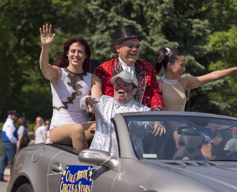 Los ejecutantes de circo saludan a la muchedumbre en el desfile de Memorial Day fotografía de archivo libre de regalías