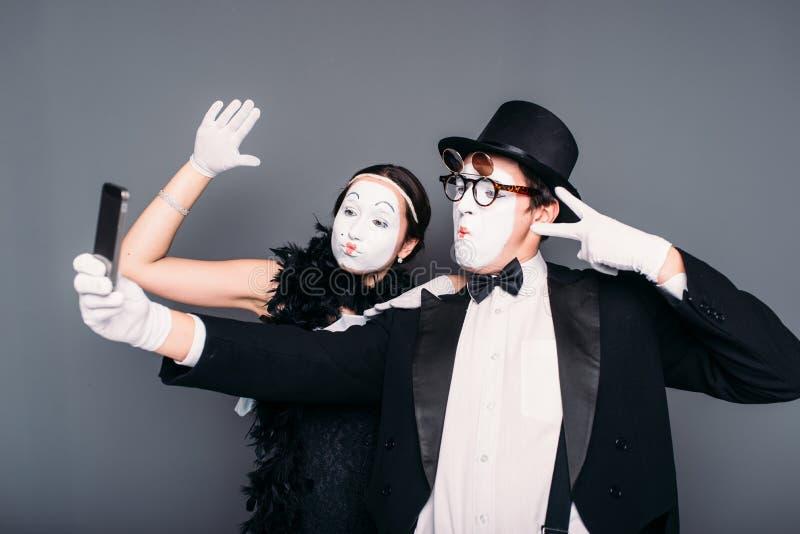 Los ejecutantes del teatro de la pantomima hacen el selfie fotografía de archivo libre de regalías