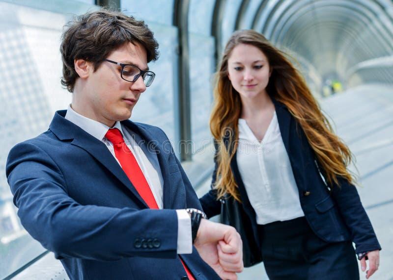 Los ejecutivos menores de la compañía son atrasados para una reunión de negocios fotos de archivo libres de regalías