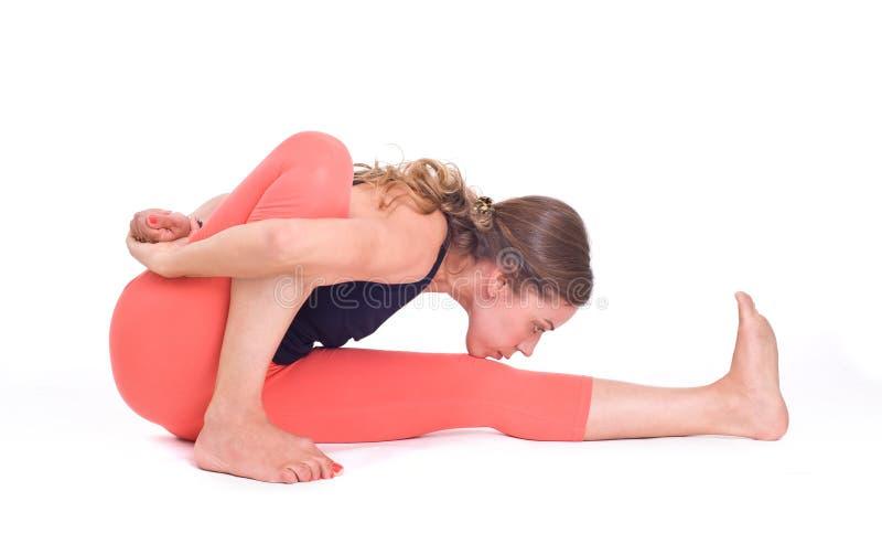 Los ejercicios practicantes/Ray de la yoga de la luz presentan - Marichyasana imagen de archivo