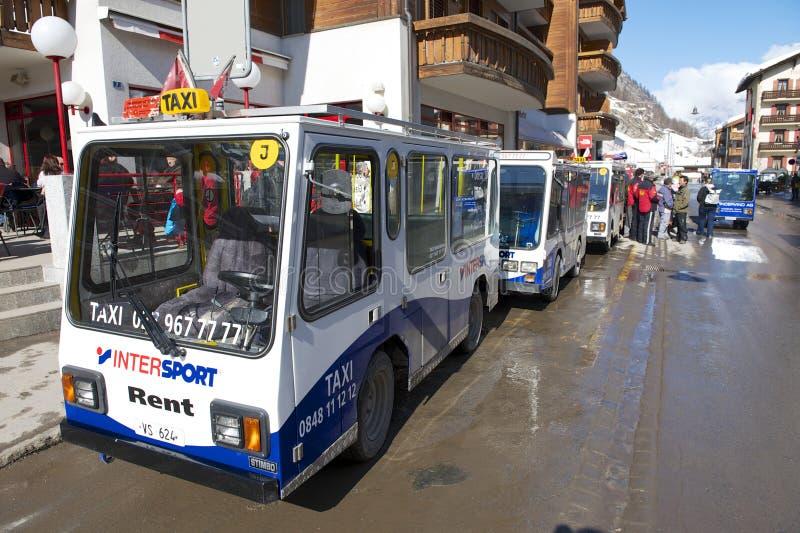 Los electro taxis esperan a pasajeros en Zermatt, Suiza fotos de archivo