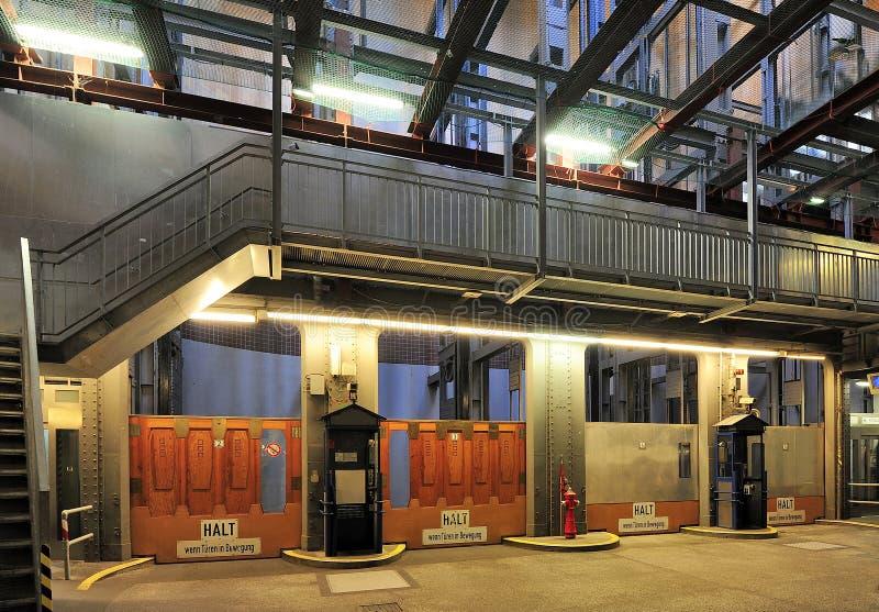 Los elevadores en el Elba viejo hacen un túnel (Elbtunnel), Hamburgo, Alemania imágenes de archivo libres de regalías