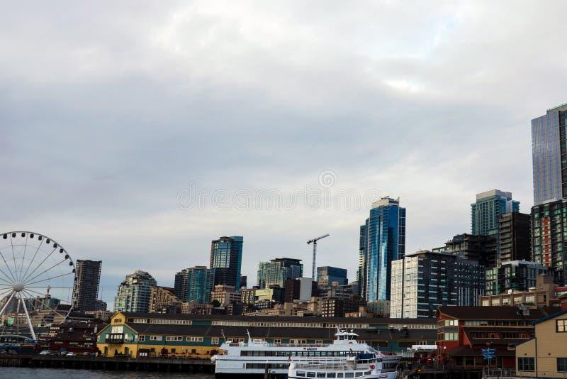 Los embarcaderos de la costa atracan la bahía de Seattle Elliott de la noria de la aguja de los edificios imagen de archivo libre de regalías