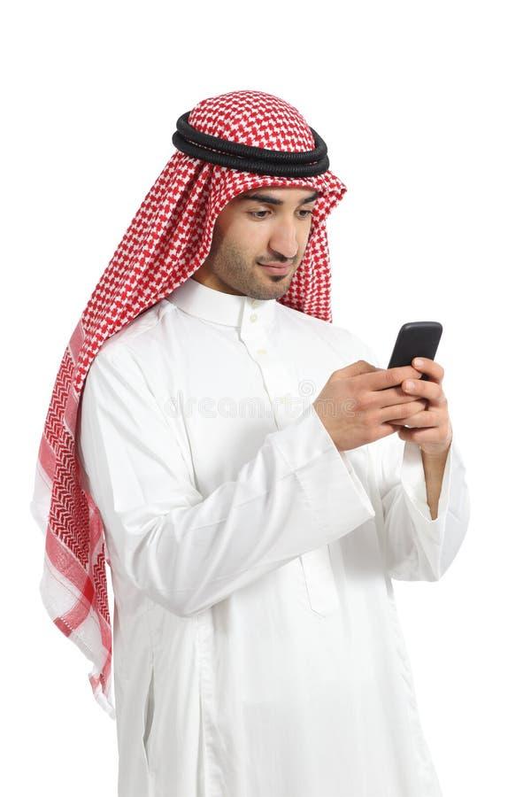 Los emiratos árabes del saudí sirven ocupado usando un teléfono elegante imagenes de archivo