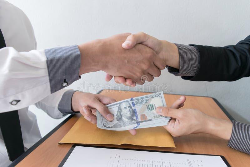 Los empleados de la compa??a han sido corruptos trayendo el dinero al departamento de los recursos humanos de la compa??a Para pe imagenes de archivo