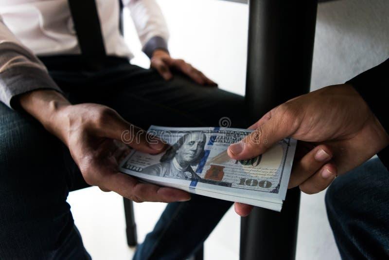 Los empleados de la compa??a han sido corruptos trayendo el dinero al departamento de los recursos humanos de la compa??a Para pe fotografía de archivo