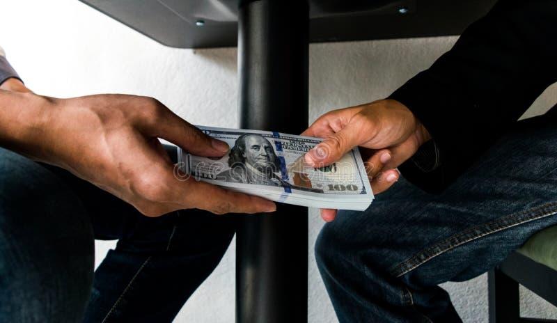 Los empleados de la compa??a han sido corruptos trayendo el dinero al departamento de los recursos humanos de la compa??a Para pe fotos de archivo
