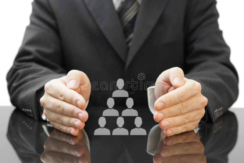 Los empleados de protección del hombre de negocios en su compañía. concepto de e fotografía de archivo libre de regalías
