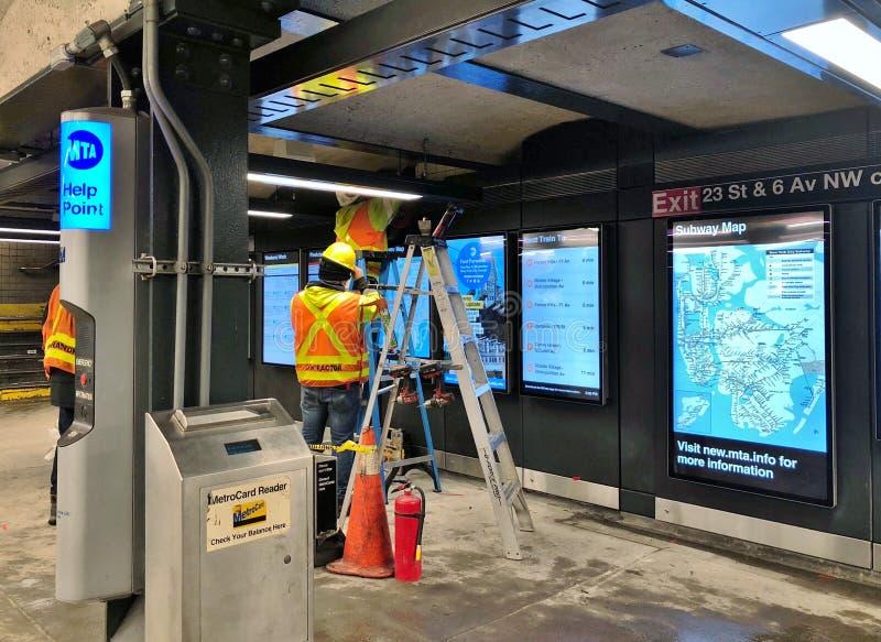 Los empleados del subterráneo de NYC reparan la estación del MTA del servicio que renuevan el trabajo imagen de archivo