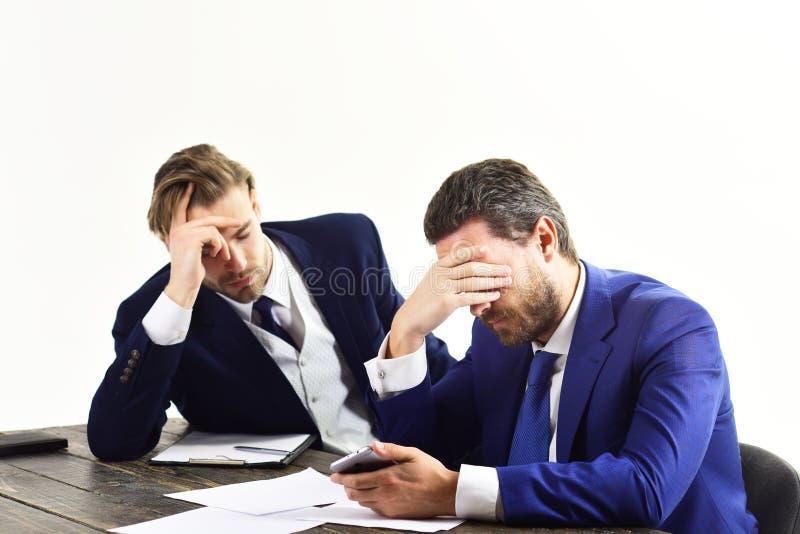 Los empleados en trajes formales parecen subrayados y presionados imagen de archivo libre de regalías
