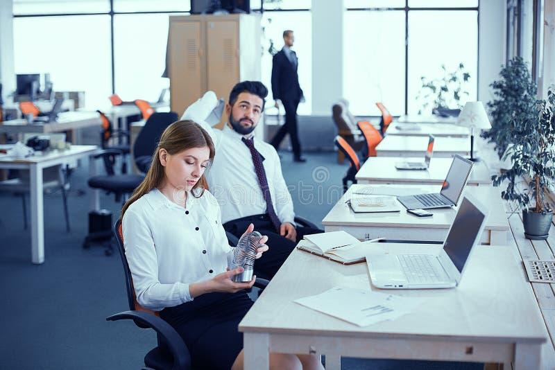 Los empleados están desocupados en la oficina fotos de archivo