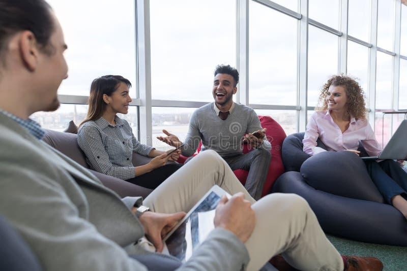 Los empresarios agrupan en el centro de Coworking, gente de la raza de la mezcla del lugar de trabajo de los compañeros de trabaj foto de archivo libre de regalías