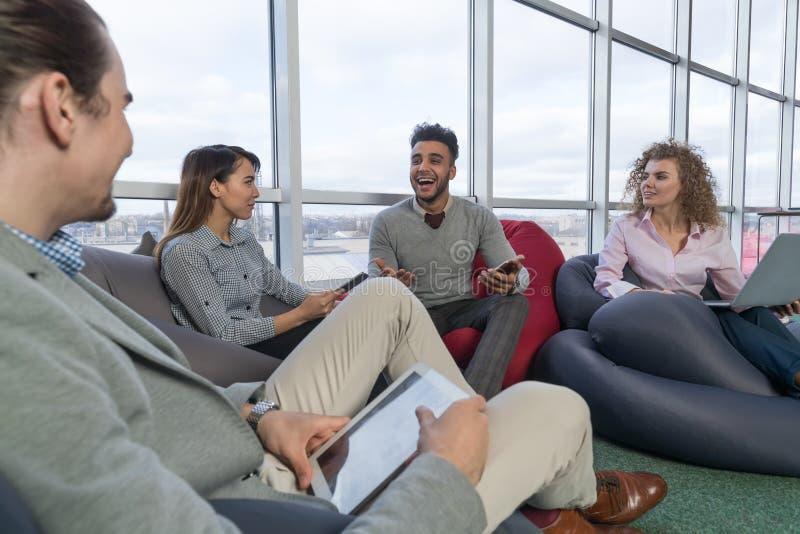 Los empresarios agrupan en la raza diversa de centro Team Coworkers Working Meeting Brainstorming de la mezcla de Coworking foto de archivo libre de regalías