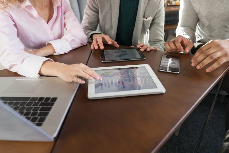 Los empresarios agrupan en la raza diversa de centro Team Coworkers Working Meeting Brainstorming de la mezcla de Coworking fotografía de archivo libre de regalías