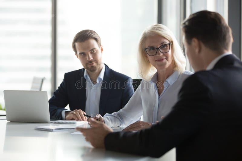 Los empresarios diversos negocian en la reuni?n de negocios en oficina foto de archivo
