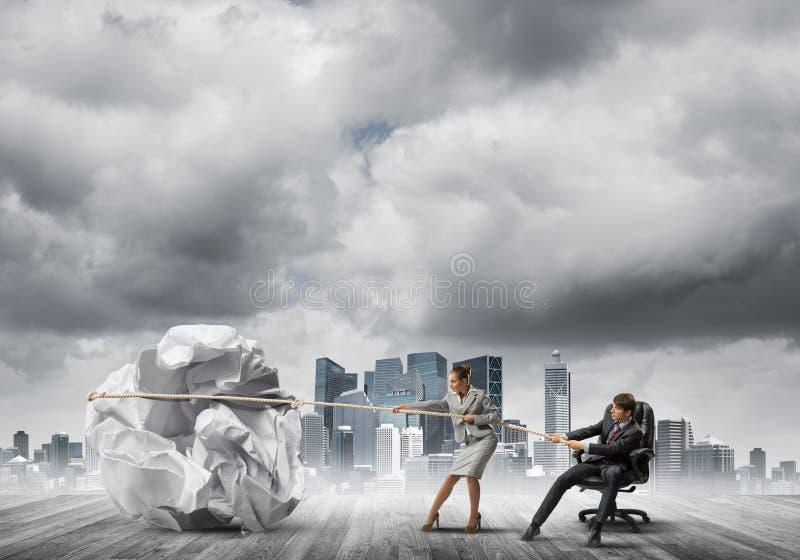 Los empresarios que tiran con la bola arrugada grande de esfuerzo del papel como creatividad firman stock de ilustración