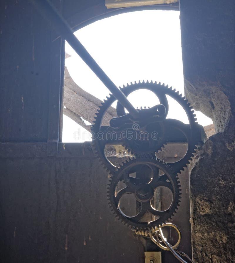 Los engranajes del mecanismo del reloj, Axente separan la iglesia en Rumania imagenes de archivo