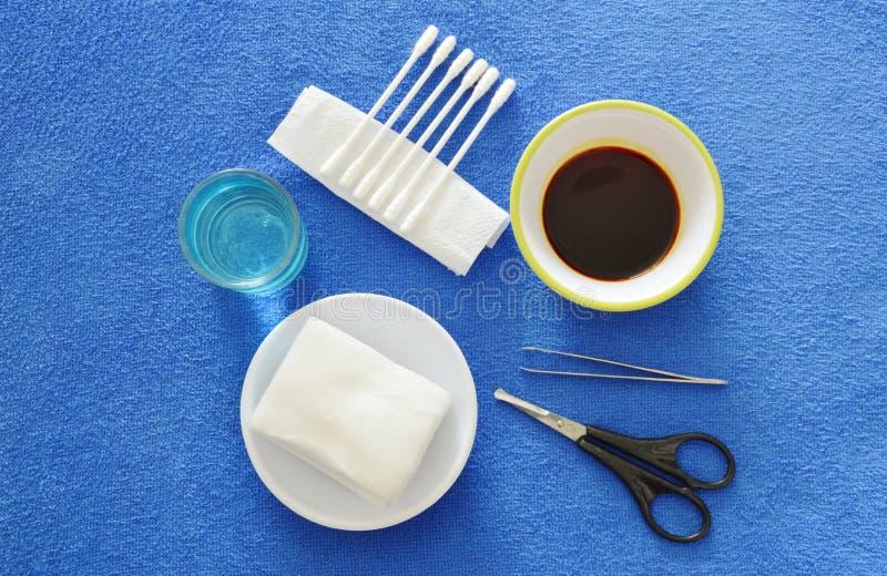 Los equipos de primeros auxilios para lesión básica de la limpieza hieren en el escritorio azul fotos de archivo libres de regalías
