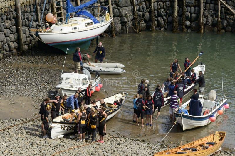 Los equipos y los barcos en Clovelly se abrigan, Devon imagen de archivo